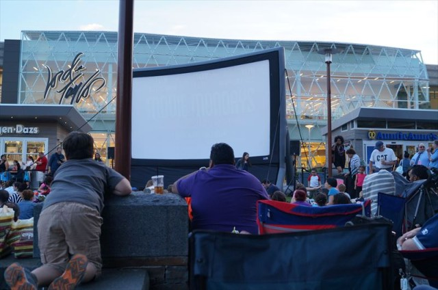 【Ridge Hill Movie Mondays】 ショッピングモールで屋外映画上映
